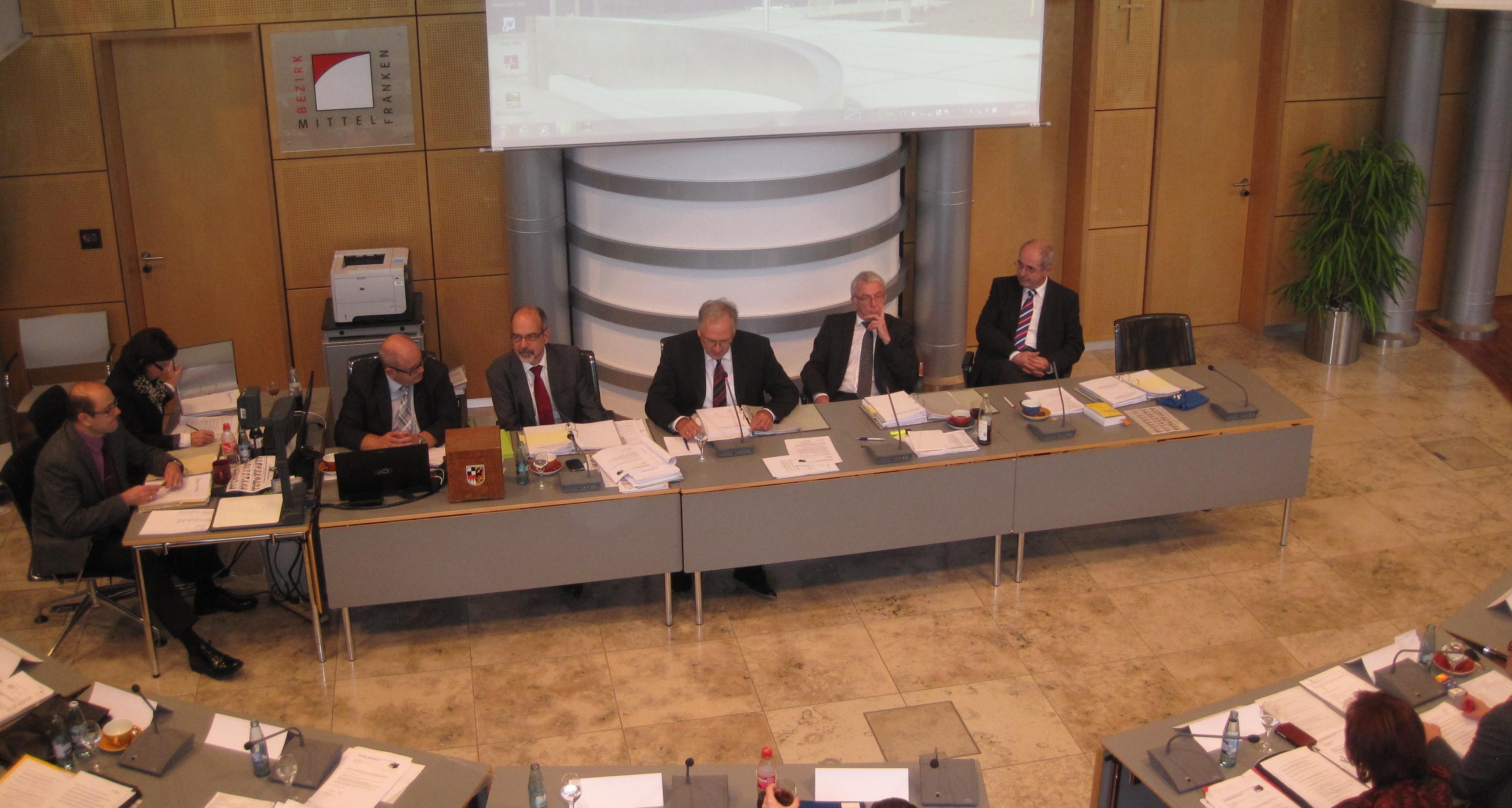 Nachdem es in der letzten Bezirkstagssitzung zu einem Eklat um Karin Knorr und die Gründung einer neuen Ausschussgemeinschaft kam, war heute die Berufung der Beauftragten und die Besetzung der weiteren Gremien und Ausschüsse auf der Tagesordnung.